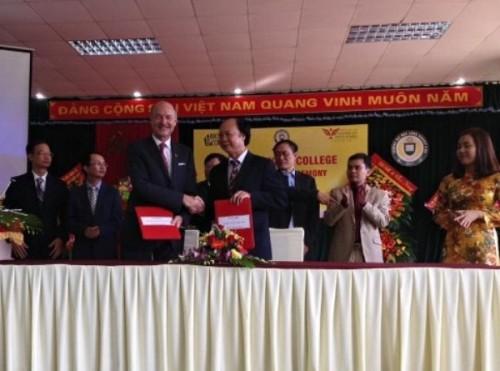 Doanhnghiepvn.vn: ĐH Công nghiệp Vinh ký kết hợp tác đào tạo với ĐH Broward College Hoa Kỳ
