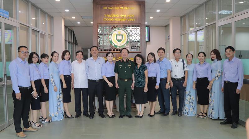 Thượng tướng Nguyễn Huy Hiệu về thăm Trường Đại học Công nghiệp Vinh