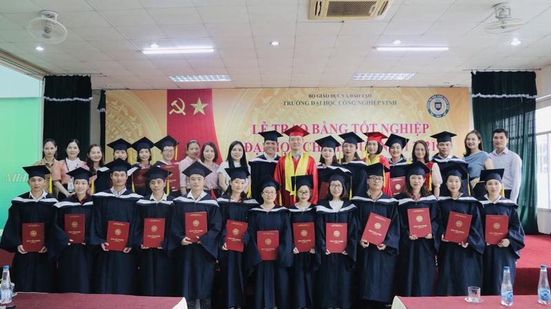 Trường Đại học Công nghiệp Vinh tổ chức Lễ trao bằng tốt nghiệp Đại học chính quy đợt tháng 4 năm 2021